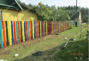 Фото забора из разноцветного штакетника широкого в Питере